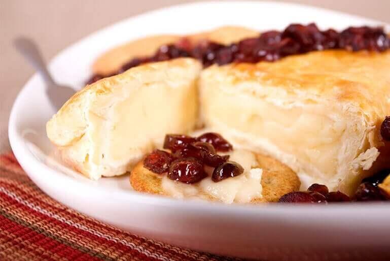 Nada mejor para acompañar un pavo asado que esta salsa de arándanos con vino de Oporto. ¡Una receta fácil que deleitará a sus amigos y familiares! La...